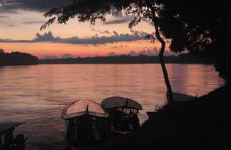 Coucher de soleil au bord d'un affluent de l'Amazone à Puerto Maldonado