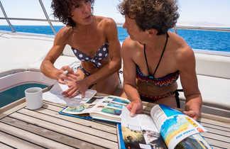Au retour de plongée, séance lecture pour identifier et noter les espèces rencontrées