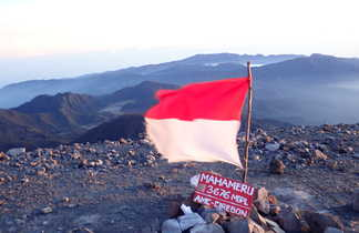Au somment du volcan Semeru ou Mahameru