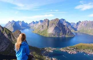 Au sommet de Reinebringen dans les iles Lofoten, Norvège