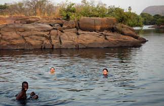 Baignade dans une rivière du Sénégal oriental