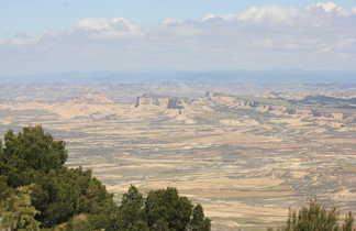 Vue panoramique sur les Bardenas Reales et ces reliefs argileux uniques
