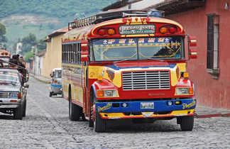 Bus colorée dans une rue guatémalienne