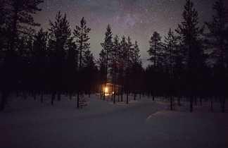 Cabane finlandaise en hiver pour bivouaquer