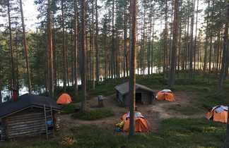 Campement au bord d'un lac en pleine forêt
