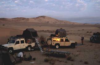 Campement en 4x4 avec tente de toit lors d'un road trip en Namibie