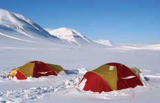Campement lors d'une expédition hivernale à ski au spitzberg