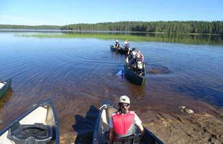 Groupe faisant du Canoe en  Finlande