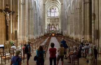 une groupe visitent la cathedrale d'auxerre