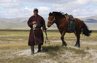 Cavalier mongol à pied,  tenant son cheval par la bride, Mongolie