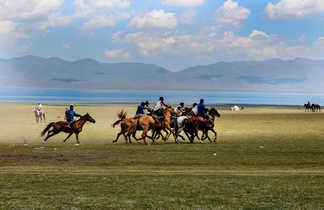 Cavaliers kirghiz sur le lac Song Kul
