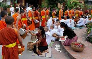 Cérémonie des offrandes aux moines bouddhistes