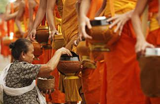Cérémonie des offrandes aux moins bouddhistes