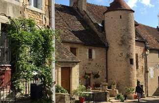 Le village avec un habitant en arrière plan de Châteauneuf