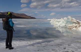 Contemplation du lac Khovsgol, encore gelé début avril