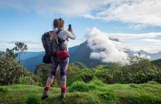 Contemplation du paysage à Mafate,  la Réunion