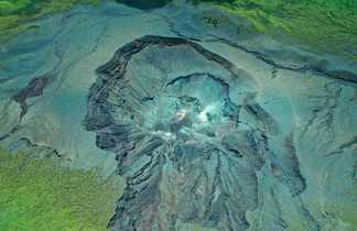 Cratère du volcan Lokon vue du ciel, Tomohon, Sulawesi, Indonésie