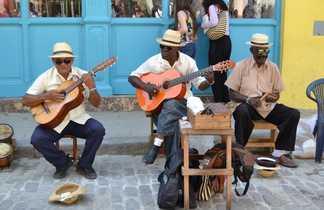 Cubains jouant de la musique dans la rue
