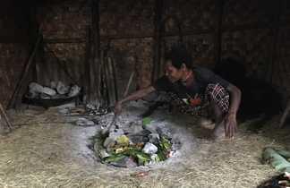 Cuisine au feu de bois, Vallée de Baliem, Papouasie, Indonésie