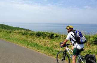 Cycliste à vélo le long de la côte bretonne