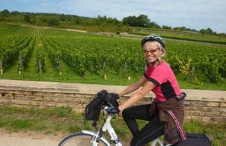 Cycliste devant les vignes