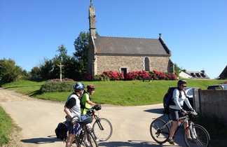 Cyclistes eglise bretonne Tour Manche Roscoff Mont Saint Michel Nord B