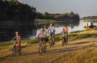 Cyclistes sur piste cyclable de la Loire à Vélo