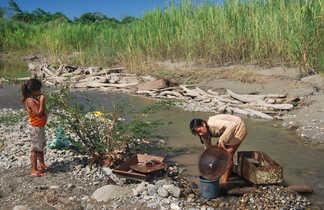 Des filles équatoriennes au bord d'une rivière en Amazonie, Equateur