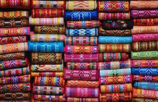 Des tissus en vente au marché d'Otavalo, Equateu