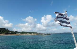 drapeau breton flottant depuis la mer