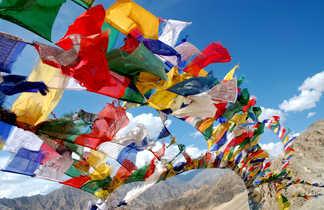 Drapeaux de prières sur le promontoire de Lamayuru