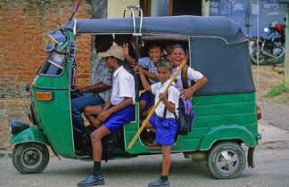 Ecoliers-dans-un-rickshaw-Sri-Lanka