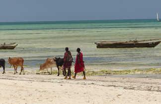 Éleveurs masai sur la plage de Zanzibar