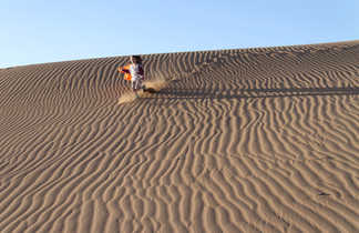 Enfant dans les dunes, Maroc