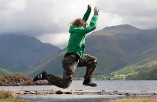 Enfant en Ecosse, saut au dessus d'un lac