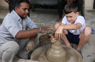 Enfant faisant de la poterie en Inde
