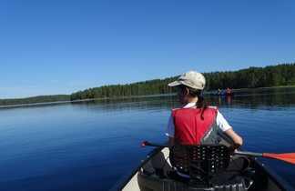 Enfant faisant du kayak sur un lac
