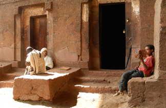 Enfant lisant un live sacré à Lalibela en Ethiopie