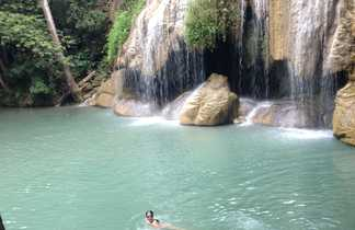 Enfant nageant dans un lac au parc d'Erawan en Thaïlande