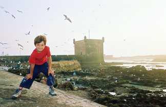 Enfant sur les remparts d'Essaouira, Maroc