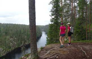 Enfants admirant le point de vue d'un paysage en Finlande