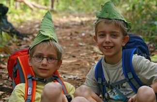 Enfants avec feuilles de bananier en forme de chapeaux