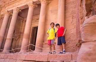 Enfants devant le Khazneh à Pétra en Jordanie