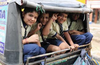 Enfants indiens à l'arrière d'un rickshaw