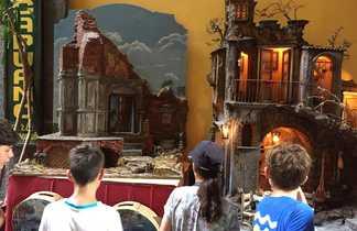 Enfants regardant des santons dans la ville de Naples en Italie