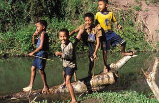 Enfants s'amusant le long de la rivière