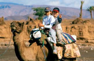 Enfants sur leur chameau, Maroc