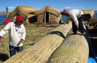 fabrication d'une pirogue en roseaux sur les îles flottantes uros