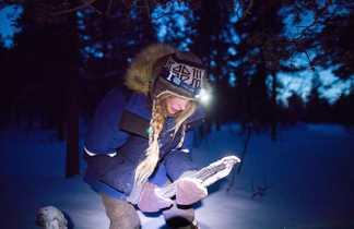 Faire du feu dans la neige en Laponie