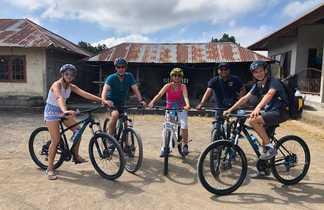 Famille en excursion VTT, Bali, Indonésie